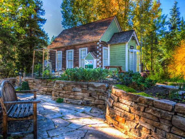 Fasaden på ett litet hus